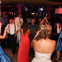 A vőfély irányítja a táncot