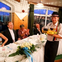 A vőfély italt szolgál fel a menyasszonynak és a vőlegénynek